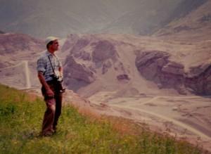 Un giovanissimo Edoardo Semenza osserva la frana del monte Toc